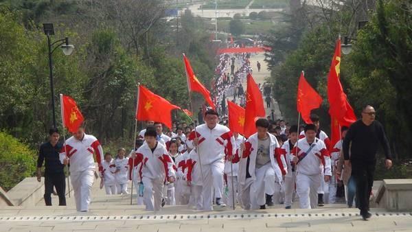 邹城四中组织七年级师生到邹城烈士陵园进行清明节扫墓