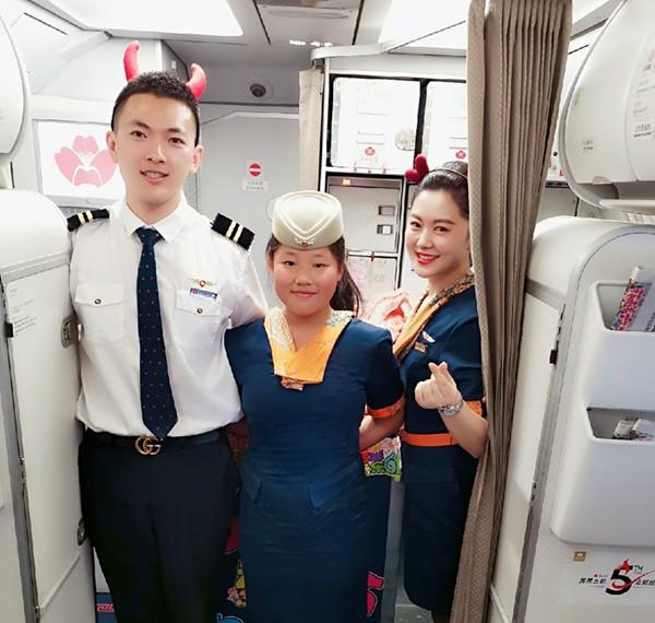 彩立方平台官网航空趣味儿童节  旅客体验当空姐