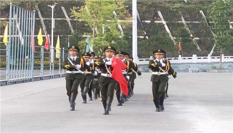 10月1日,我们跟太阳一同升起五星红旗 ——剑河民族中学举行国庆升旗仪式