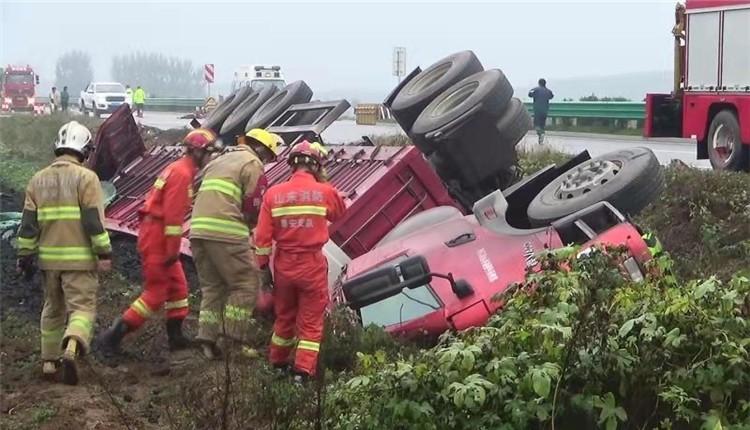 山东泰安:半挂车侧翻掉入沟内 两人被困 消防紧急救援