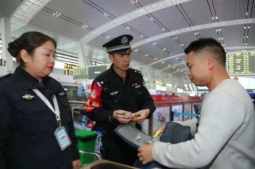 青海省西宁铁路警方强化安检措施确保旅客安全出行
