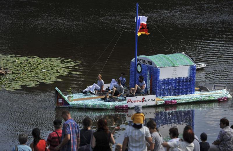 用塑料瓶DIY一艘船,并航行500英里--置顶表情