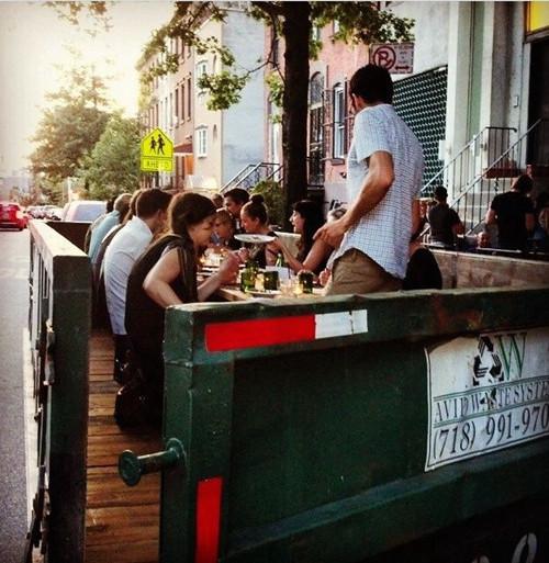 花50美元在垃圾桶中吃饭,为倡导人们不要浪费食物--置顶表情