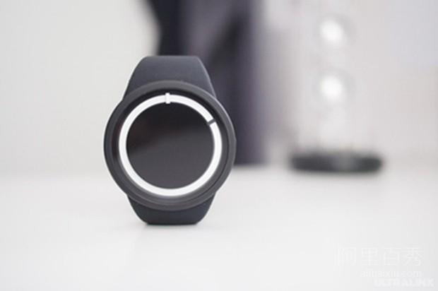 暗夜发出霓虹蓝光的ZIIIRO Eclipse手表,简约又时尚
