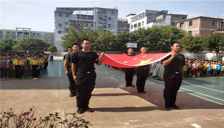 江西赣州龙岭镇:红旗飘扬 喜庆华诞